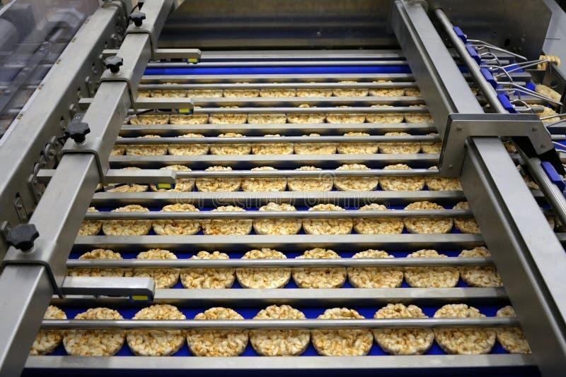 Сортировать круглых диетических хлебцев на транспортере автоматизировал машину стоковые изображения