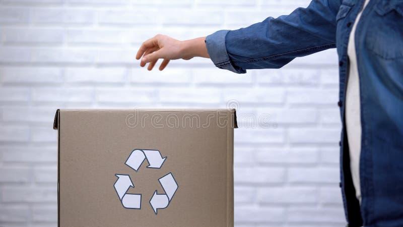 Сор Peron бросая в мусорное ведро, ненужную сортируя концепцию, рециркуляционную систему стоковые фото