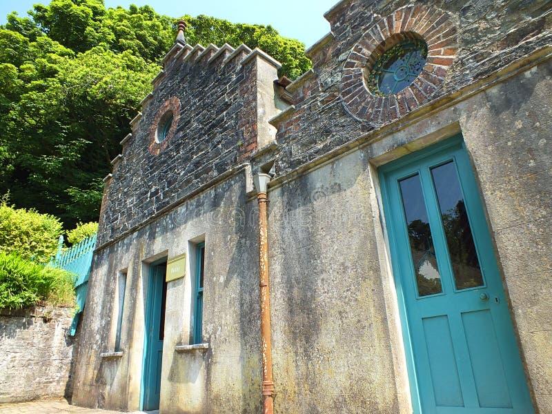 Соседи ведьмы с голубыми дверями стоковые фото