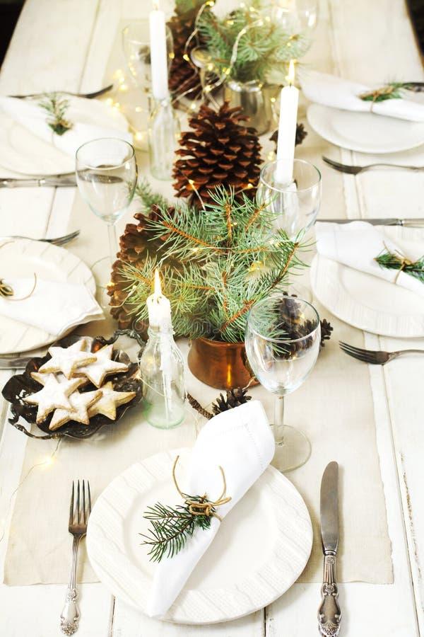 сосенка померанцев игл лимонов дат состава кофе cloves рождества шоколада шариков яблок ангела красивейшая представляет изюминки  стоковые фото