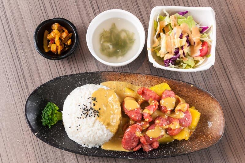 Сосиска жаркого с карри и рисом стоковая фотография