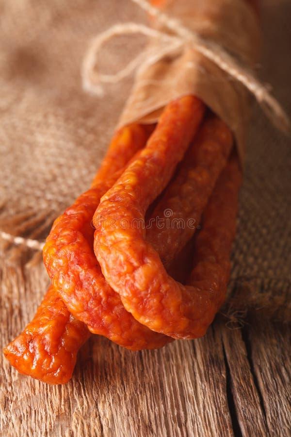 Сосиска или макрос kabanos на винтажных деревянных досках стоковое фото