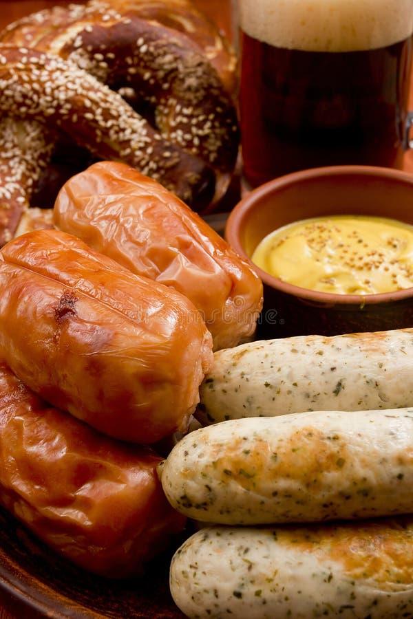 Сосиска, крендели и пиво телятины стоковое фото