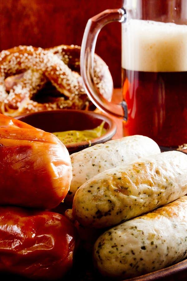 Сосиска, крендели и пиво телятины стоковые фото