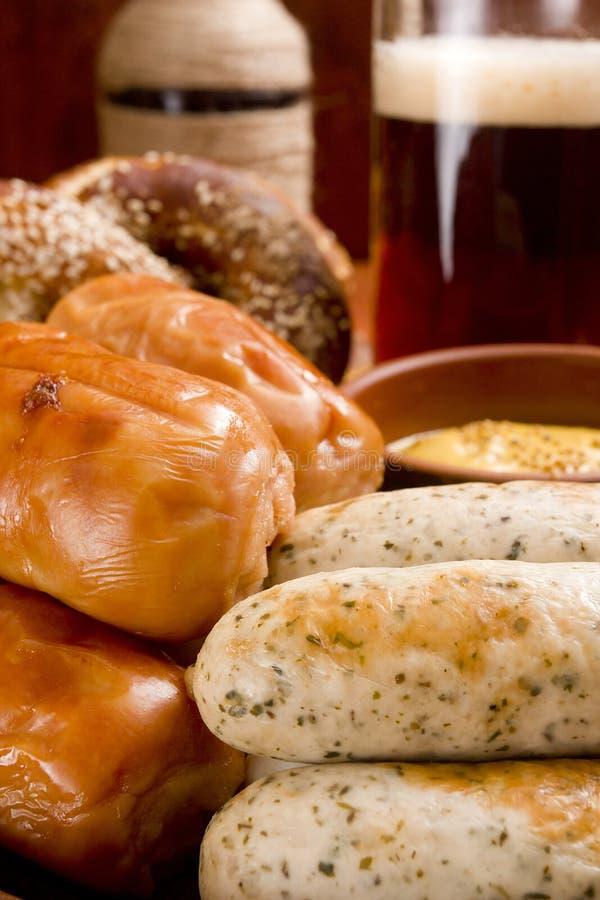 Сосиска, крендели и пиво телятины стоковая фотография rf