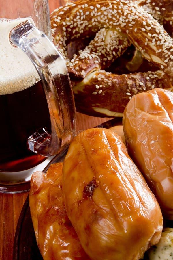 Сосиска, крендели и пиво телятины стоковое изображение