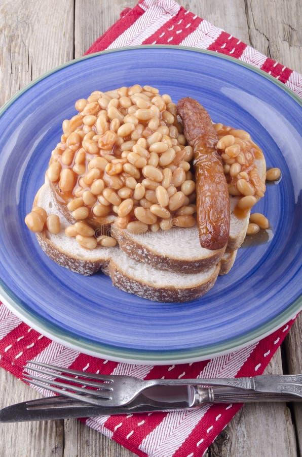 Сосиска с испеченными фасолями на хлебе стоковая фотография