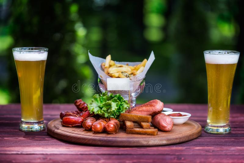 Сосиска установила для пива и 2 стекел пива Сосиска, французский карто стоковые фотографии rf