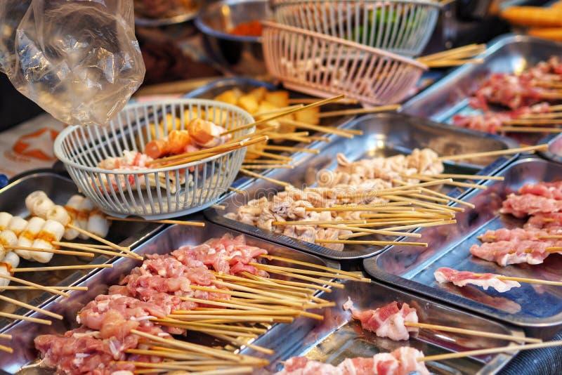 Сосиска цыпленка свинины говядины сырого мяса в деревянной ручке стоковые фото