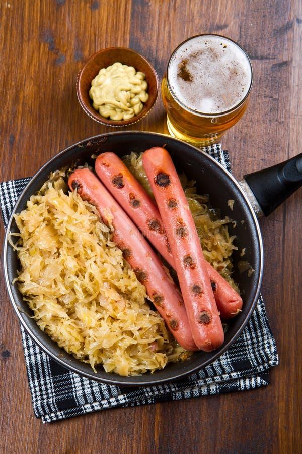 Сосиски зажаренные баварцем на sauerkraut стоковые фото