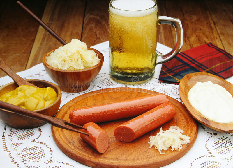 сосиски мустарда пива стоковое изображение rf
