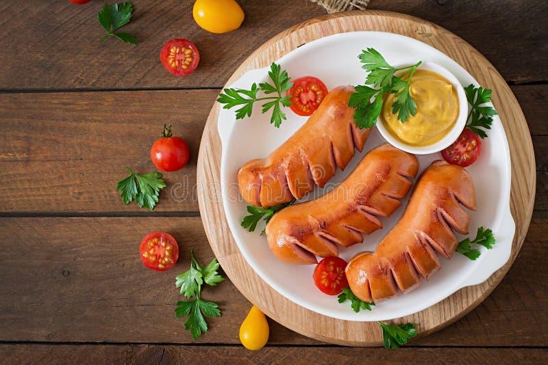 Сосиски на гриле с овощами Взгляд сверху стоковые фото