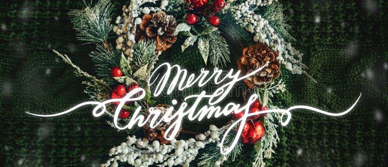 Сосновый венок и рождественский декор на зеленом трикотаже Счастливого Рождества стоковое изображение rf