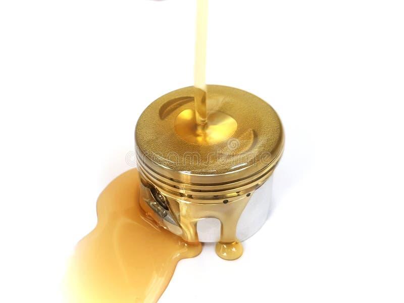 Сосредоточенно изучать свежее машинное масло на поршень двигателя 4 ходов стоковое изображение rf
