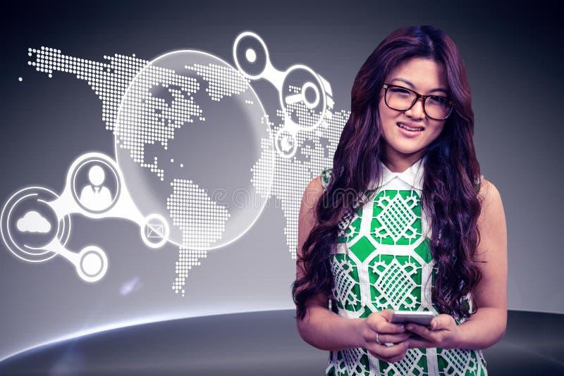 Составное изображение азиатской женщины используя smartphone стоковые изображения rf