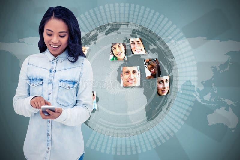 Составное изображение азиатской женщины используя smartphone стоковые фото