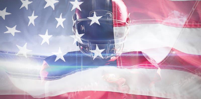 Составное изображение американского футболиста в шлеме держа шарик рэгби стоковые изображения rf