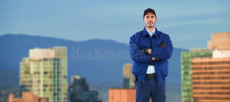Составное изображение безопасности стоя при пересеченные оружия стоковая фотография