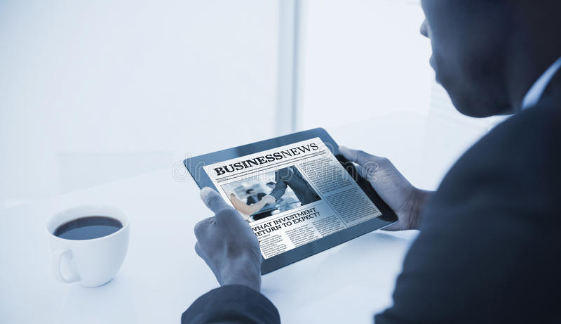Составное изображение бизнесмена используя цифровую таблетку стоковое изображение
