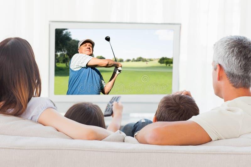 Составное изображение взгляда человека играя гольф стоковое изображение rf