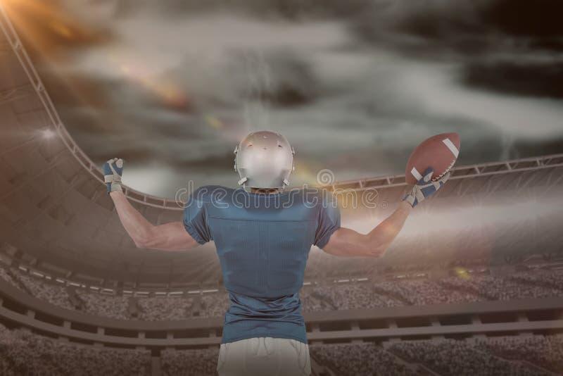 Составное изображение вид сзади американского футболиста держа шарик стоковая фотография
