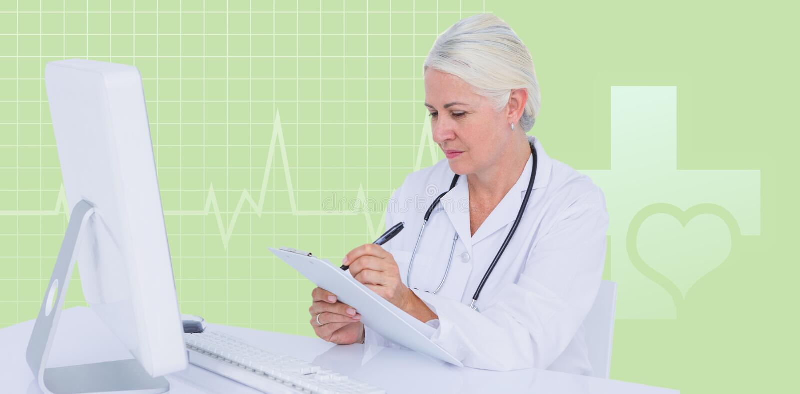 Составное изображение женского сочинительства доктора на доске сзажимом для бумаги пока сидящ на столе стоковая фотография