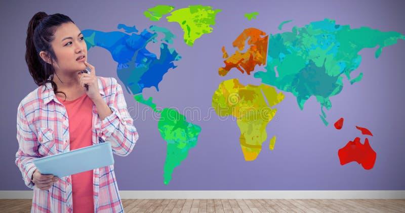 Составное изображение заботливой женщины с пальцем на подбородке держа таблетку стоковая фотография rf