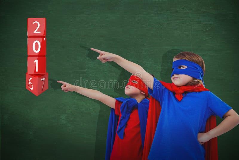 Составное изображение замаскированных детей претендуя быть супергероями стоковое изображение