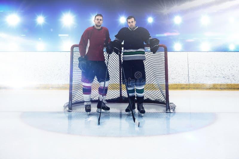 Составное изображение игроков хоккея на льде готовя столб цели стоковое фото