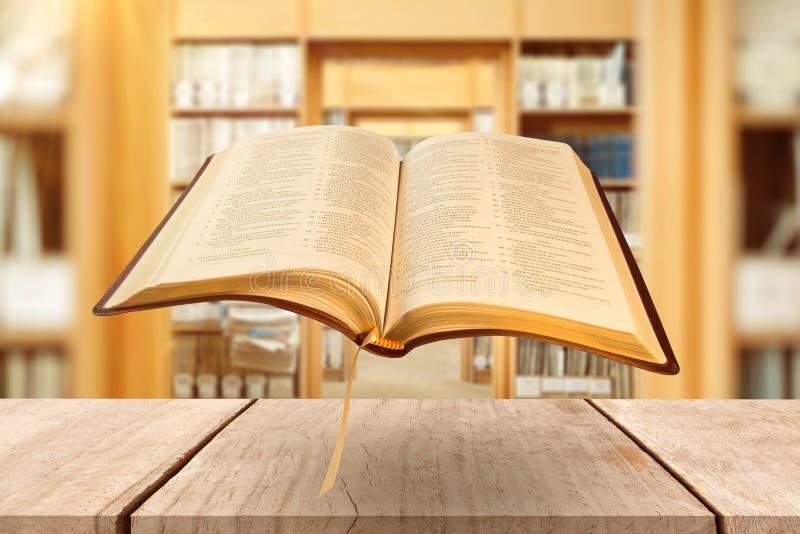 Составное изображение конца вверх открытой книги стоковые фото