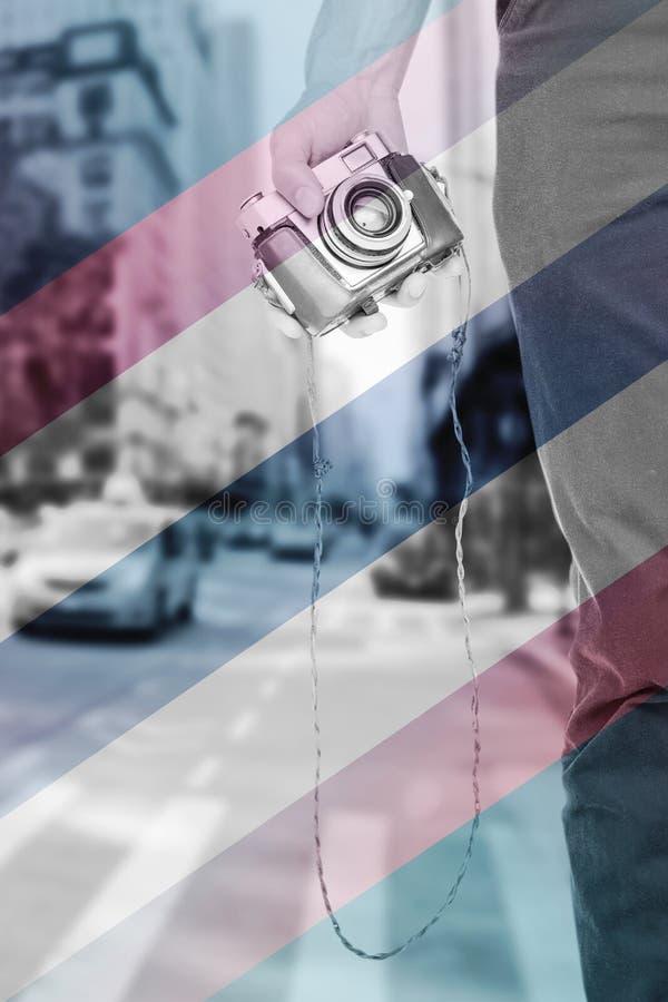 Составное изображение конца вверх по взгляду руки человека держа ретро камеру фото стоковые фотографии rf