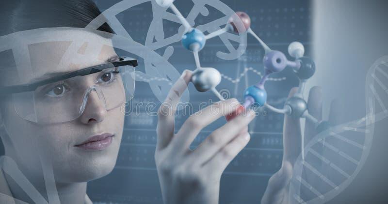 Составное изображение конца-вверх ученого держа молекулярную модель стоковая фотография rf