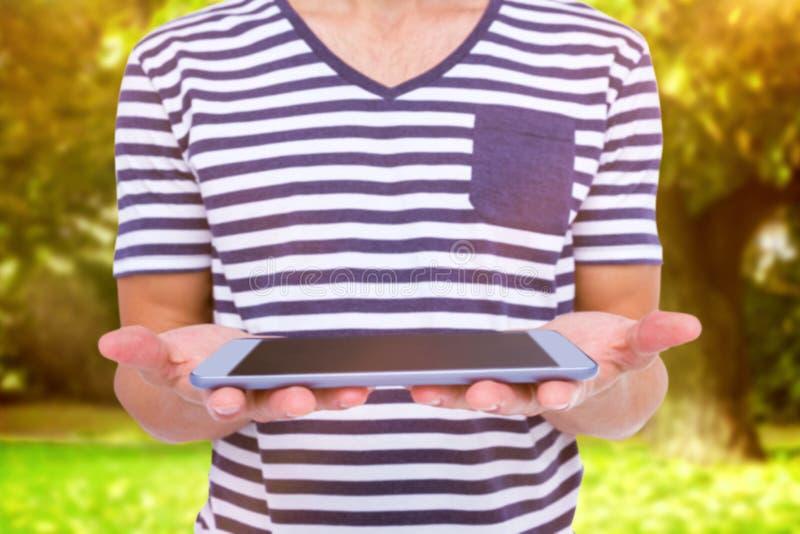 Составное изображение конца вверх человека держа таблетку стоковые фото