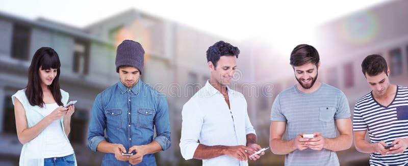 Составное изображение красивого обмена текстовыми сообщениями человека через умный телефон стоковые изображения rf