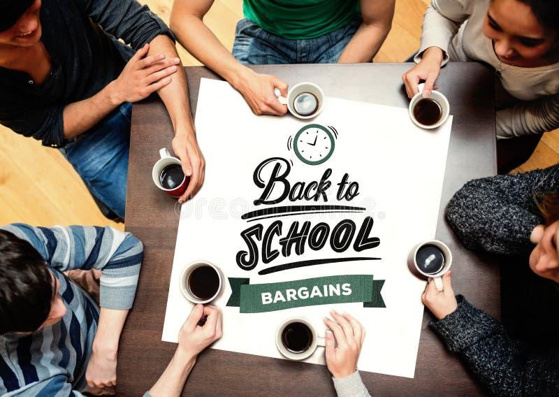 Составное изображение людей сидя вокруг кофе таблицы выпивая стоковая фотография