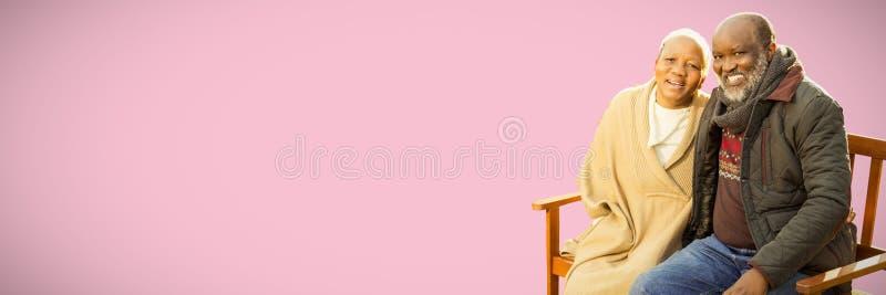 Составное изображение мирных старших пар сидя на стенде стоковые фотографии rf