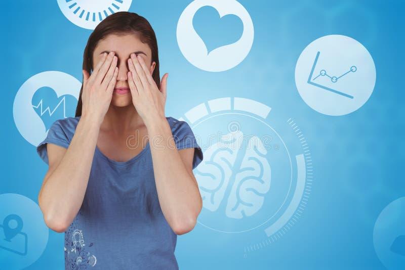 Составное изображение милого брюнет с руками над глазами стоковое фото rf