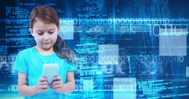 Составное изображение милой девушки стоя используя smartphone стоковое фото