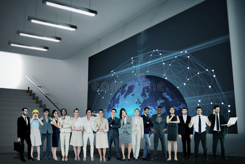 Составное изображение многонациональных бизнесменов стоя бортовая - мимо - сторона стоковые фото