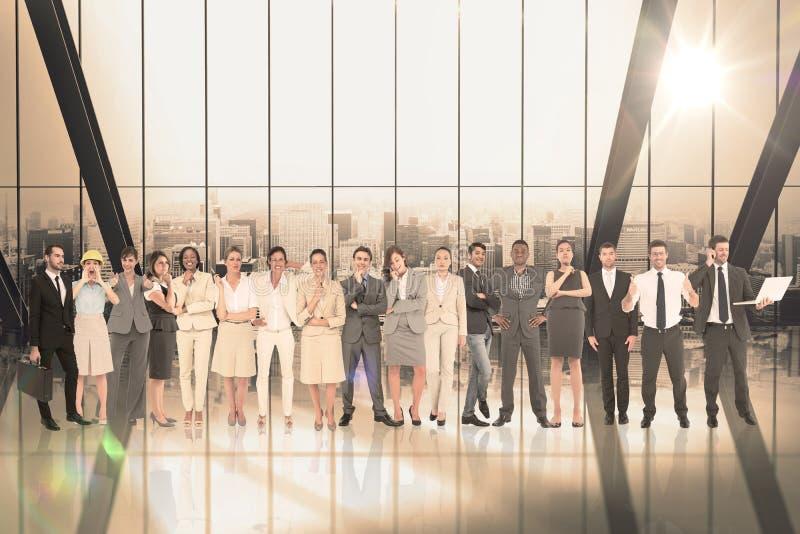 Составное изображение многонациональных бизнесменов стоя бортовая - мимо - сторона стоковое изображение rf