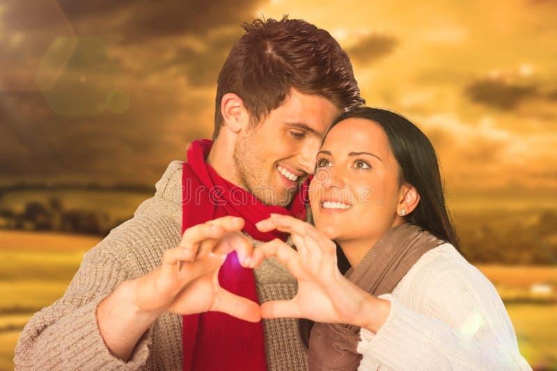 Составное изображение молодых пар делая сердце с руками стоковое фото