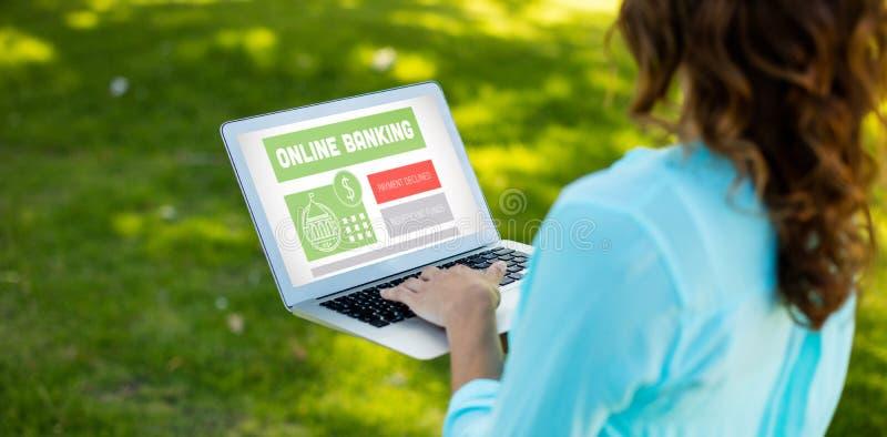 Составное изображение онлайн-банкингов отправляет СМС на сером дисплее стоковые изображения rf
