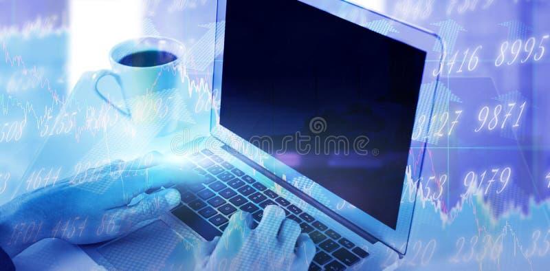 Составное изображение подрезанных рук бизнесмена используя компьтер-книжку пока имеющ кофе стоковые изображения rf