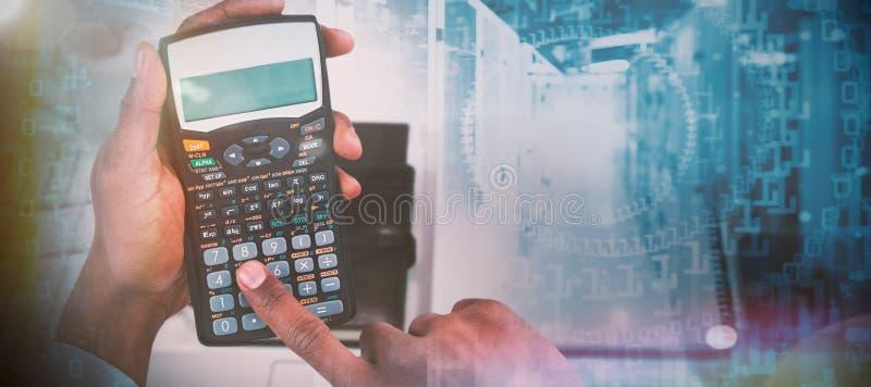 Составное изображение подрезанных рук бизнесмена используя калькулятор стоковое фото rf
