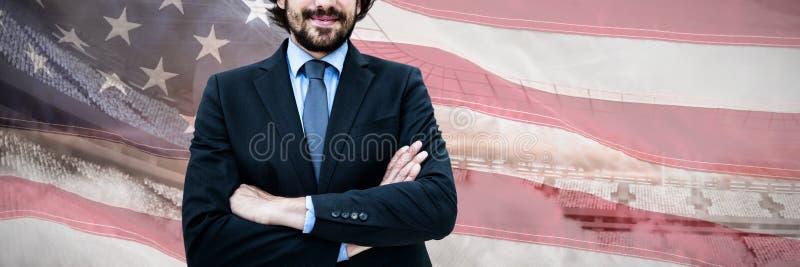 Составное изображение портрета бизнесмена стоя при пересеченные оружия стоковое изображение