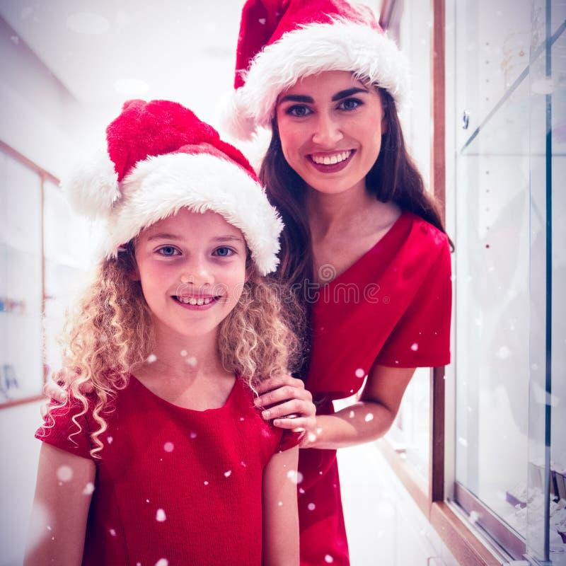 Составное изображение портрета матери и дочь в рождестве attire положение в ювелирном магазине стоковая фотография rf