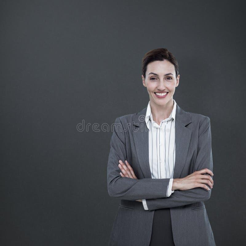 Составное изображение портрета пересеченных оружий красивой коммерсантки стоящих стоковые фото