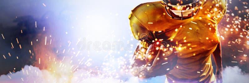 Составное изображение портрета решительного американского шарика удерживания футболиста стоковое фото