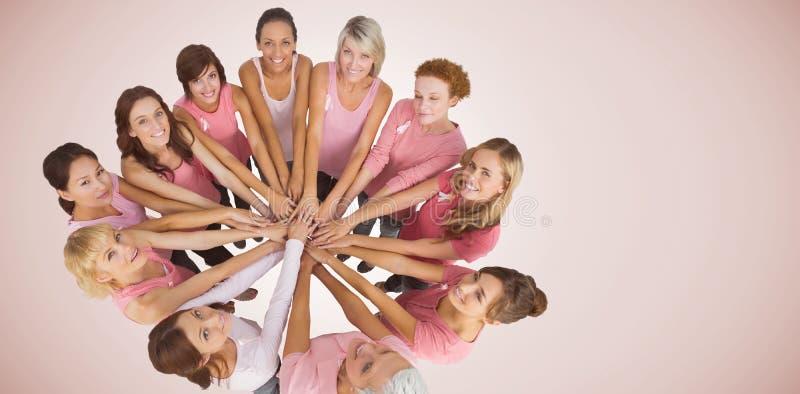 Составное изображение портрета счастливых женских друзей поддерживая осведомленность рака молочной железы стоковая фотография rf