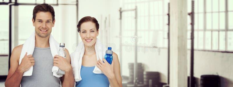 Составное изображение портрета счастливой пары пригонки с бутылками с водой стоковое изображение rf